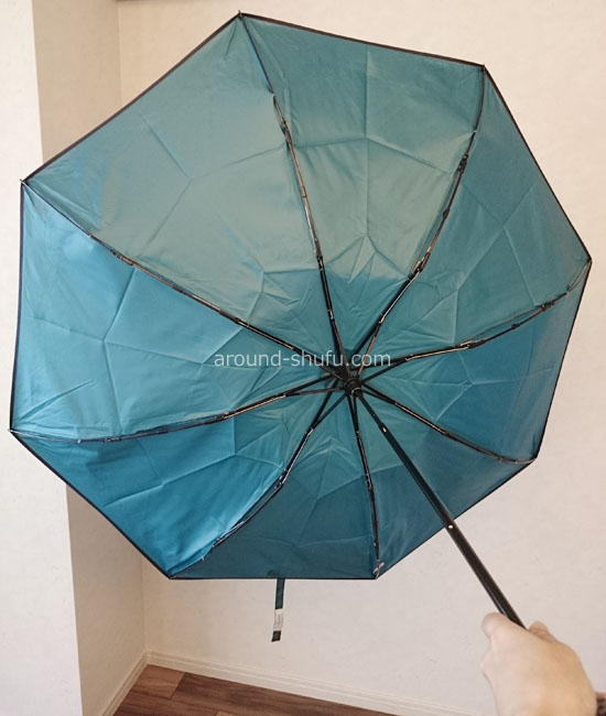 ひっくり返った折りたたみ傘