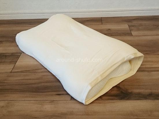 のびのび枕カバーを付けたスージーAS快眠枕